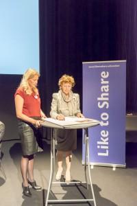 CodePact is signed by Neelie Kroes